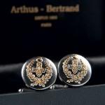 Boutons de manchette en zamak manufacturés par le médailler Arthus-Bertrand, boutique de l'Assemblée nationale, 42euros. 7, rue Aristide Briand, 75007 Paris, boutique.assemblee-nationale.fr