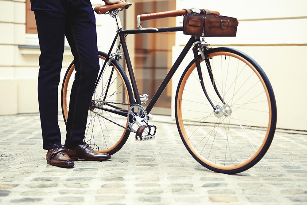 Cycle Victoire pour Berluti, réalisé dans le Puy-de-Dôme, l'alliance de deux savoir-faire français exceptionnels pour un cheval d'acier unique, 4 200 euros. www.victoire-cycles.com