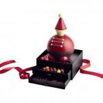 LE GRAND JOUET  Une boîte à jouets à croquer avec ses billes pralinées, ses fruits confits et sa nougatine enrobée de chocolat, 120euros. Pierre Marcolini, 3, rue Scribe, 75009 Paris.  www.marcolini.com