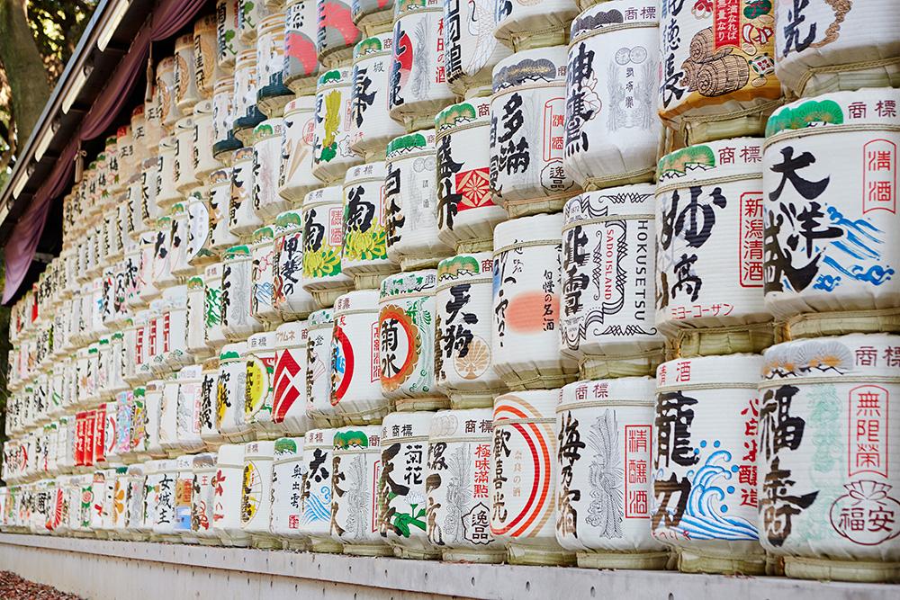 Les tonneaux de saké à l'entrée du sanctuaire Meiji-jingū.